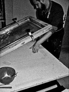 Paul place la feuille sous le cadre