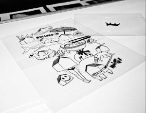 le dessin est d'abord réalisée sur un transparent ou copier avec une machine secrète ;)